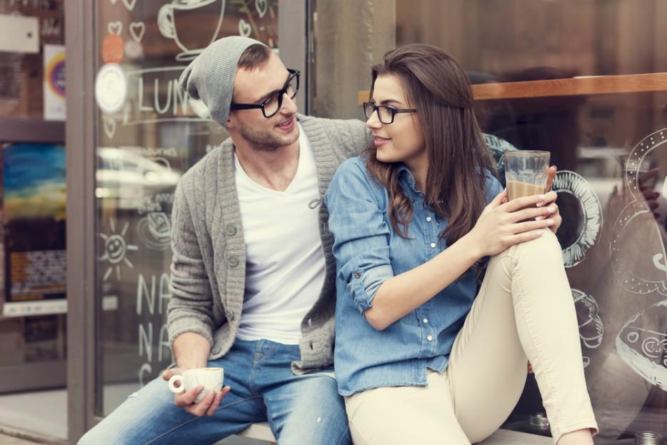 pareja charlando ambos con lentes