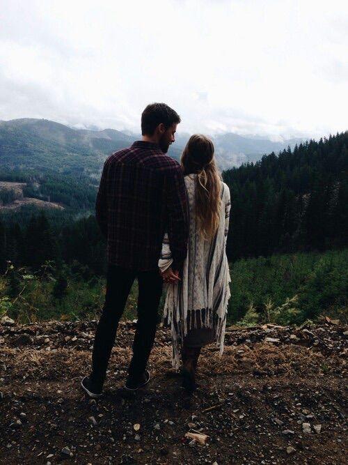 pareja de novios en las montañas