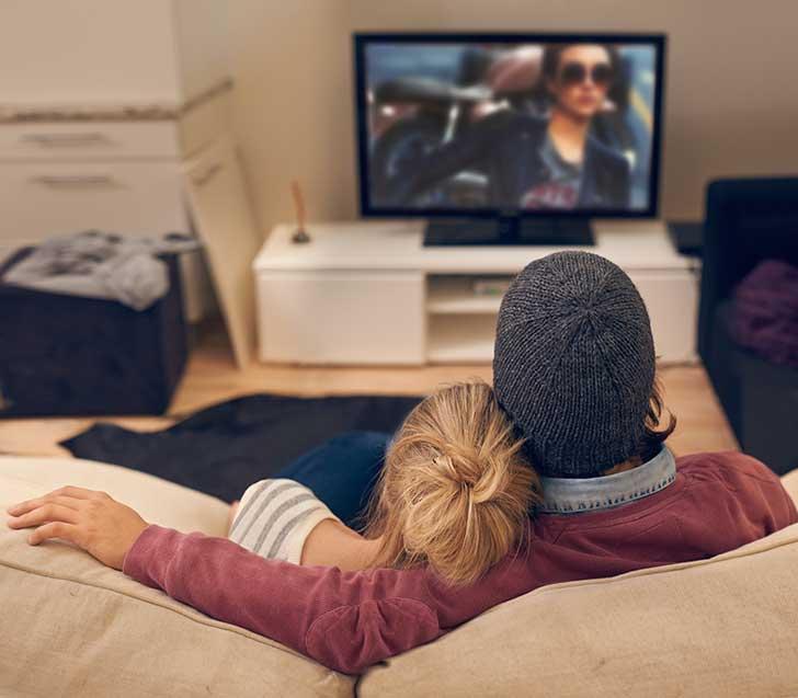 pareja de novios viendo la televisión