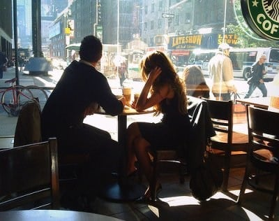 pareja en un restaurante platicando