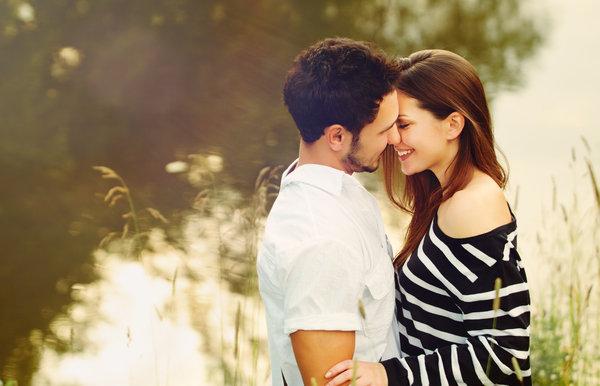 pareja feliz cerca del lago