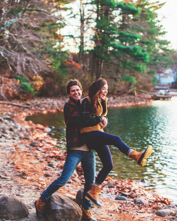 pareja jugando en el lago