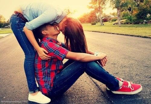 pareja abrazada en el pavimento