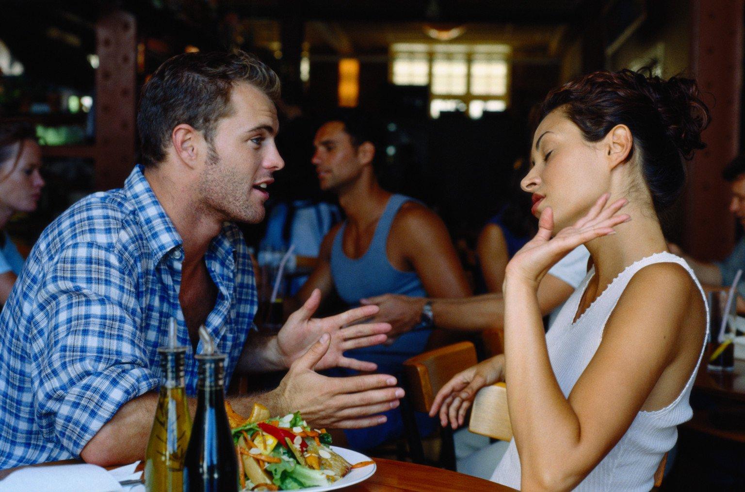 pareja discutiendo en restaurante