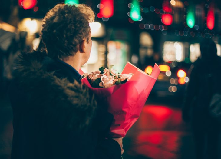 chico con ramo de flores