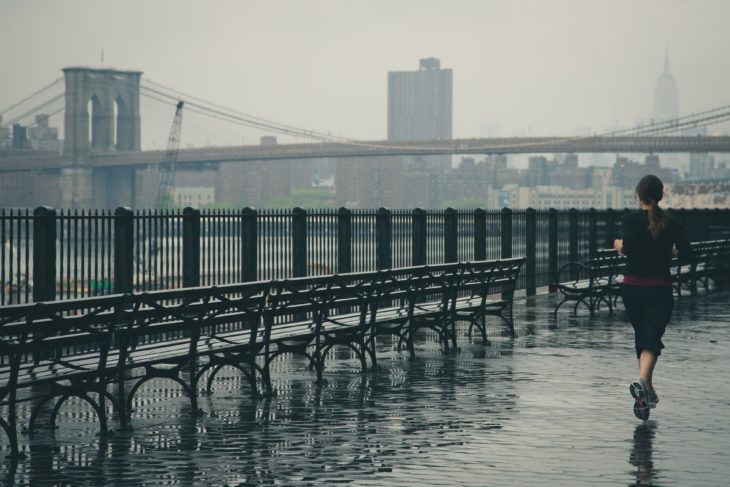 chica corriendo por el puente