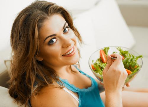 chica comiendo ensalada de fresas