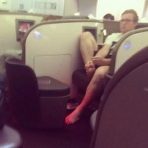señor sin zapatos en el avión