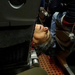 señora durmiendo en el avión