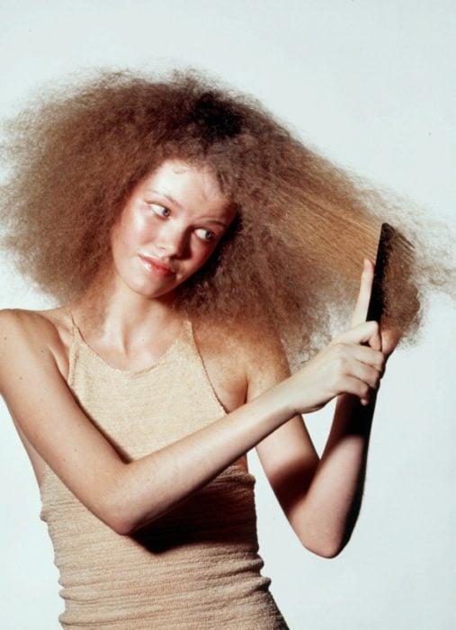 chica con cabello enredado