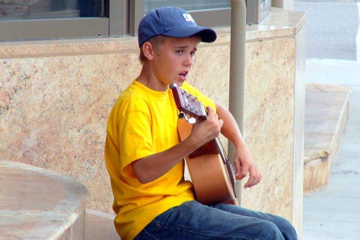 chico rubio tocando la guitarra