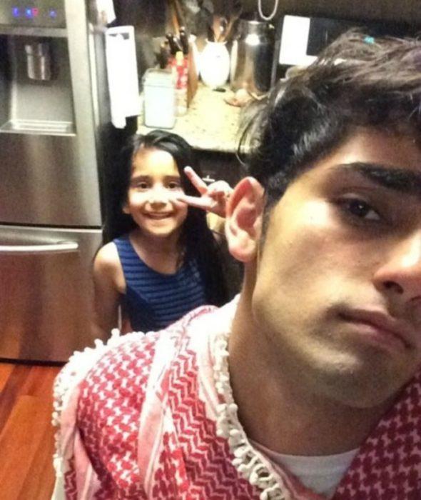 chico y niña atras en una cocina