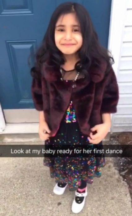 niña con vestido y abrigo