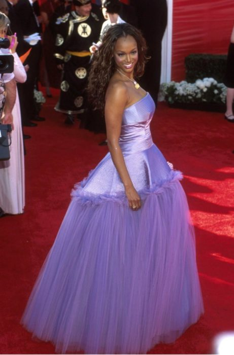 mujer morena con vestido lila