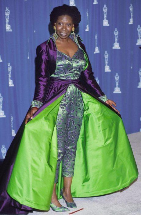 mujer morena con vestido verde