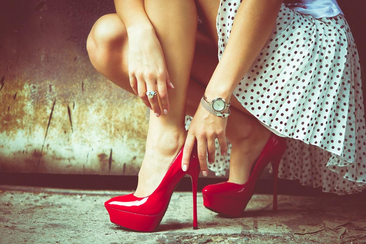 mujer con zapatillas rojas de plataforma falda de lunares
