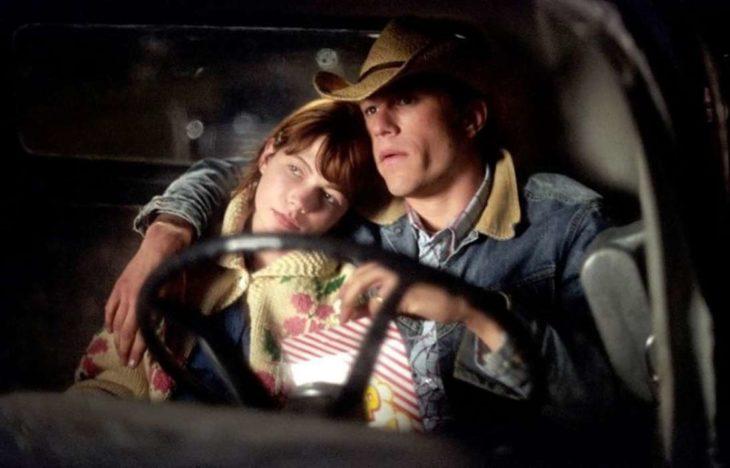 hombre abrazando a mujer en un coche
