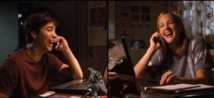 Escena de la película amor a distancia, Pareja hablando por teléfono