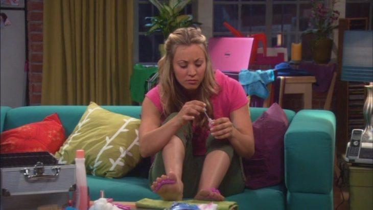 chica pintandose las uñas