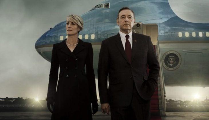 hombre con traje y mujer con vestido negro