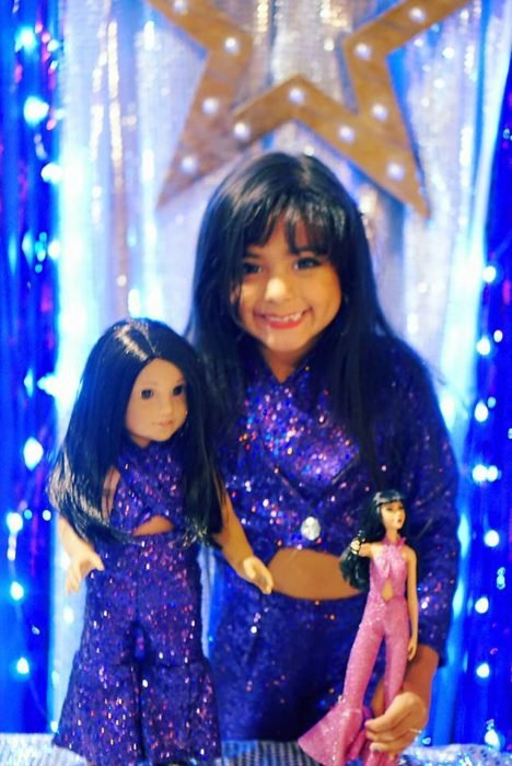 niña con muñecas de selena