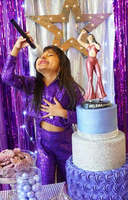 niña con pastel y microfono