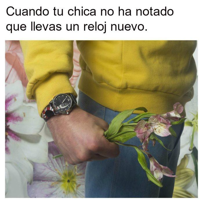 hombre con reloj en la mano y flores