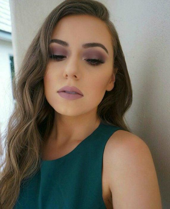 mujer con maquillaje rosa malva