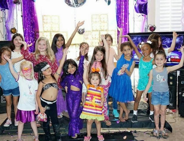 niños y niñas en una fiesta de cumpleaños