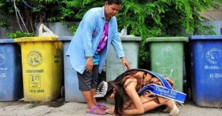 mujer besandole los pies a otra mujer