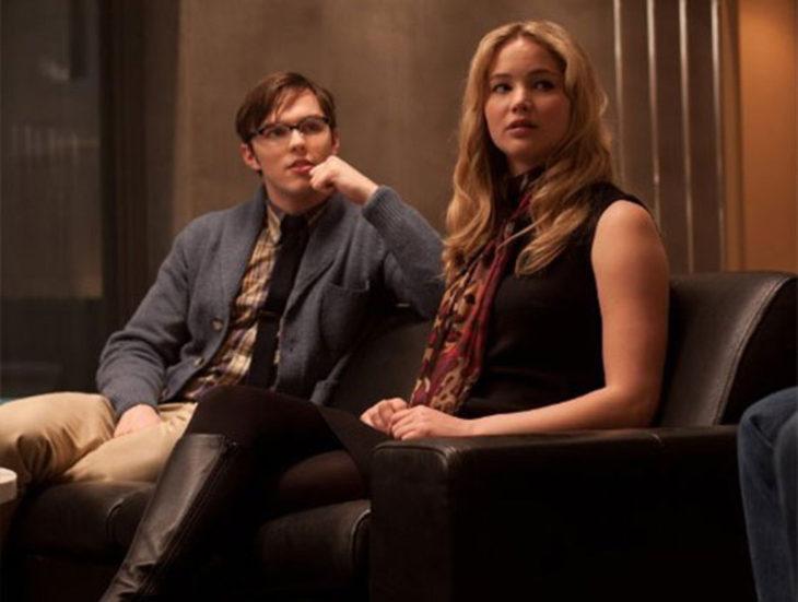 hombre y mujer rubia sentados en un sillon