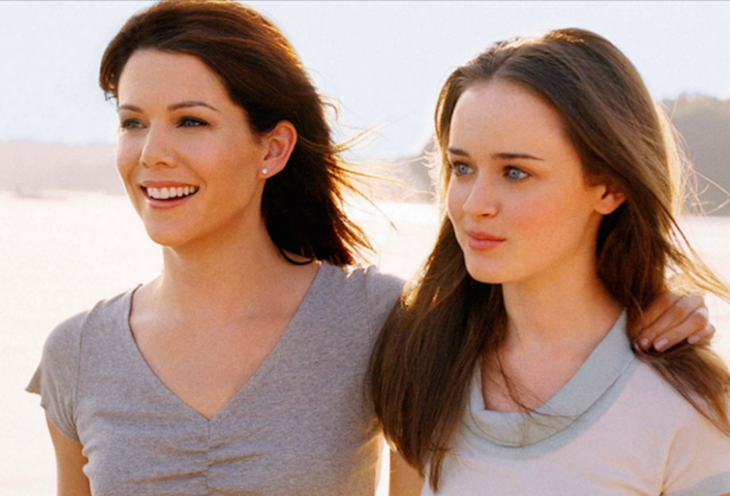 mujer al lado de su hija