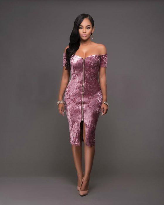 mujer con vestido color malva