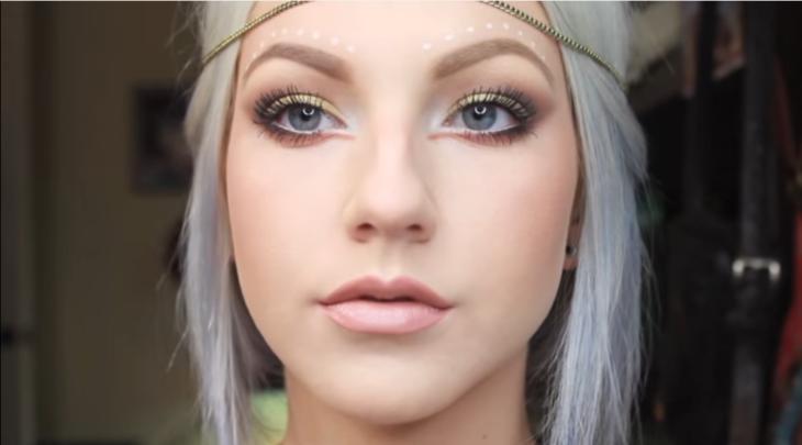 mujer blanca rubia con maquillaje