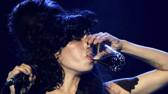 Amy winehouse bebiendo alcohol