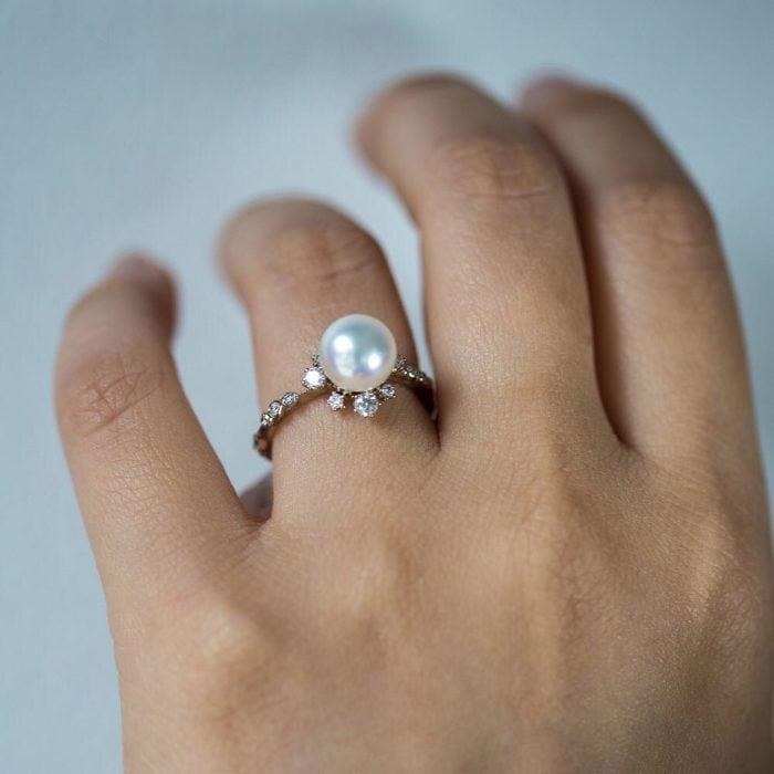 Anillo de compromiso con una perla
