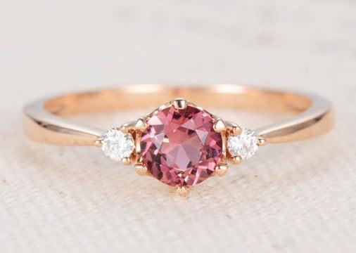 Anillo de compromiso en tono rosa
