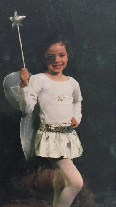 Cassandra Naud cuando era niña vestida de hada