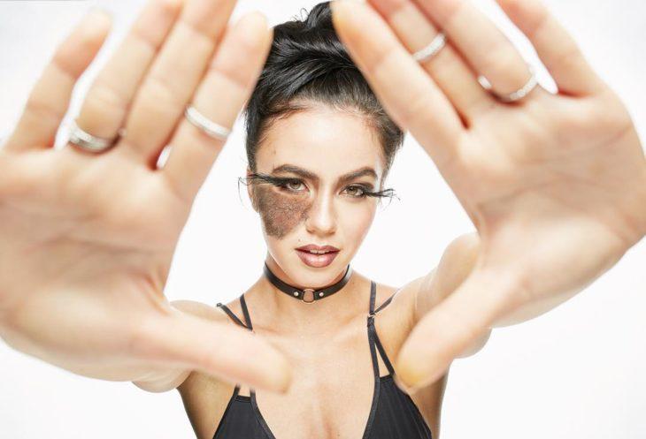 Bailarina con una marca de nacimiento en la mejilla durante una sesión de fotos