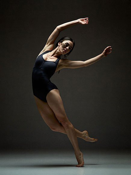 Bailarina con una marca de nacimiento en la mejilla derecha