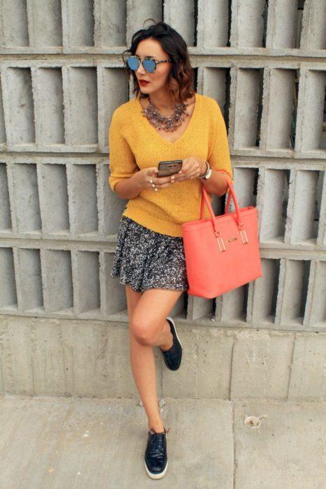 Chica usando una bolsa de Westies con luz led