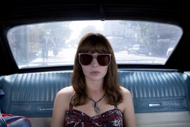 mujer con fleco y lentes