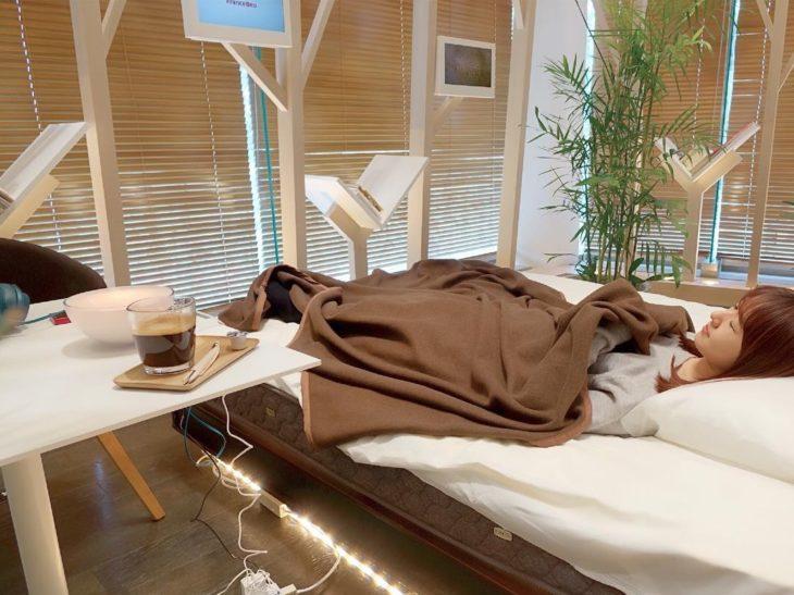 Chica durmiendo en una cafetería de siestas