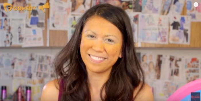 mujer bronceada con polvo de cheetos