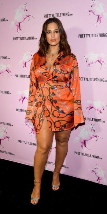 Modelo Ashley Graham posando para una alfombra roja con un vestido hasta los tobillos