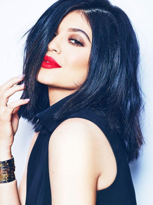 Kylie jenner con los labios pintados de color rojo