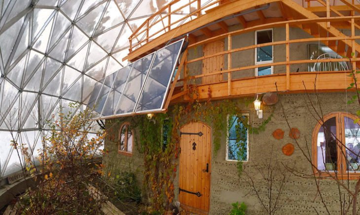 Casa construida bajo una cúpula