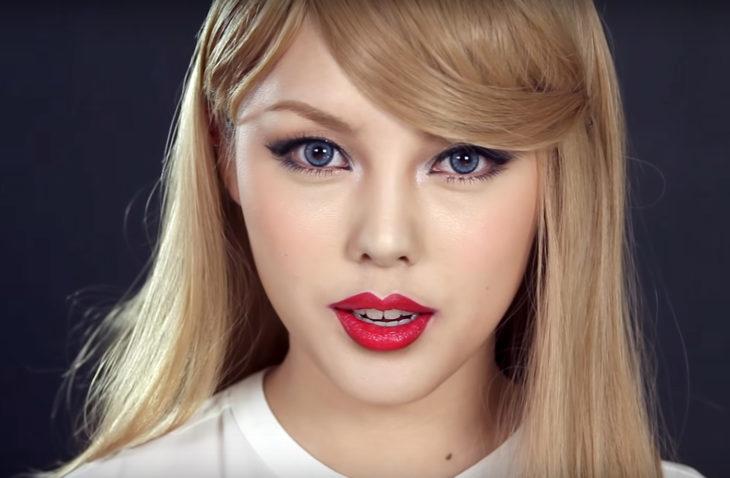 Chica que se transforma en celebridades con maquillaje