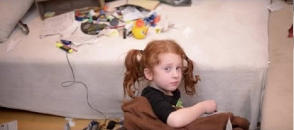 niña sentada a la mesa