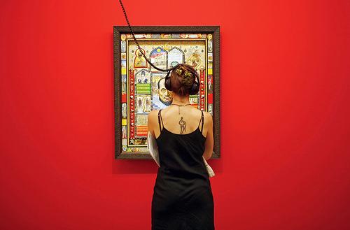 chica viendo pinturas